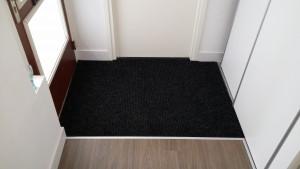 Vloer uitsnijden voor deurmat na